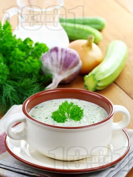 Таратор / студена супа с кисело мляко, копър, чесън и тиквички - снимка на рецептата